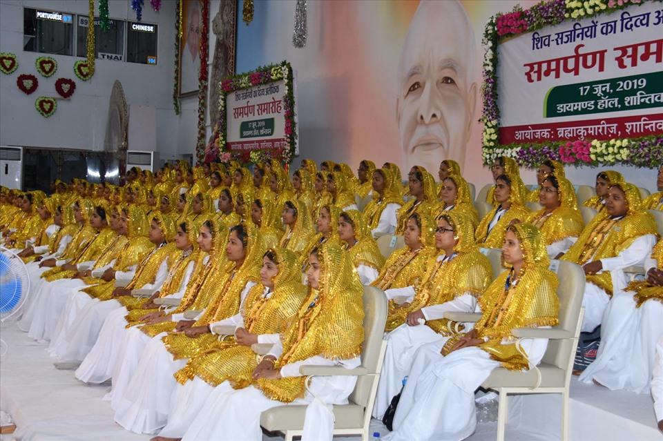 210 युवा बहनों ने आजीवन लिया समाज सेवा का संकल्प, बहनों के माता-पिता, रिश्तेदार की उपस्थिति में हुआ समर्पण